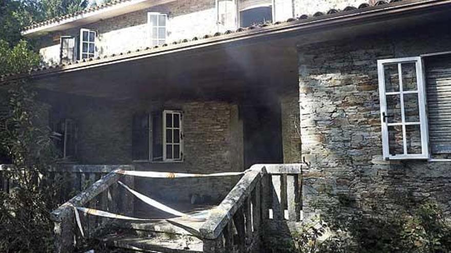 Un incendio calcina parte del chalé de Teo donde asesinaron a la niña Asunta hace siete años
