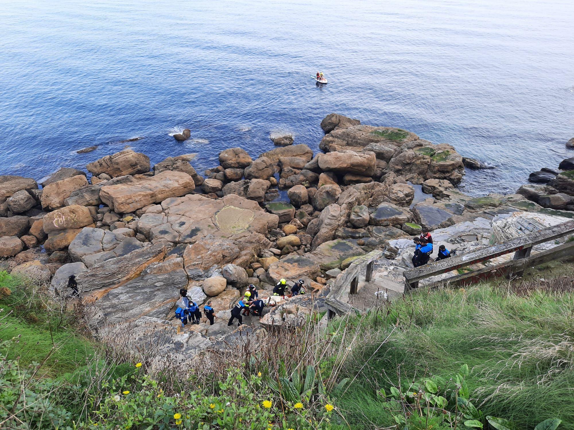 Rescatan con vida a una menor de 13 años que se precipitó desde el Cerro en Gijón