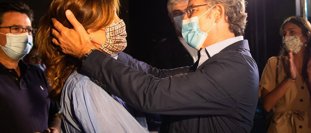 Feijóo celebra la victora electoral con su pareja // Xoán Álvarez