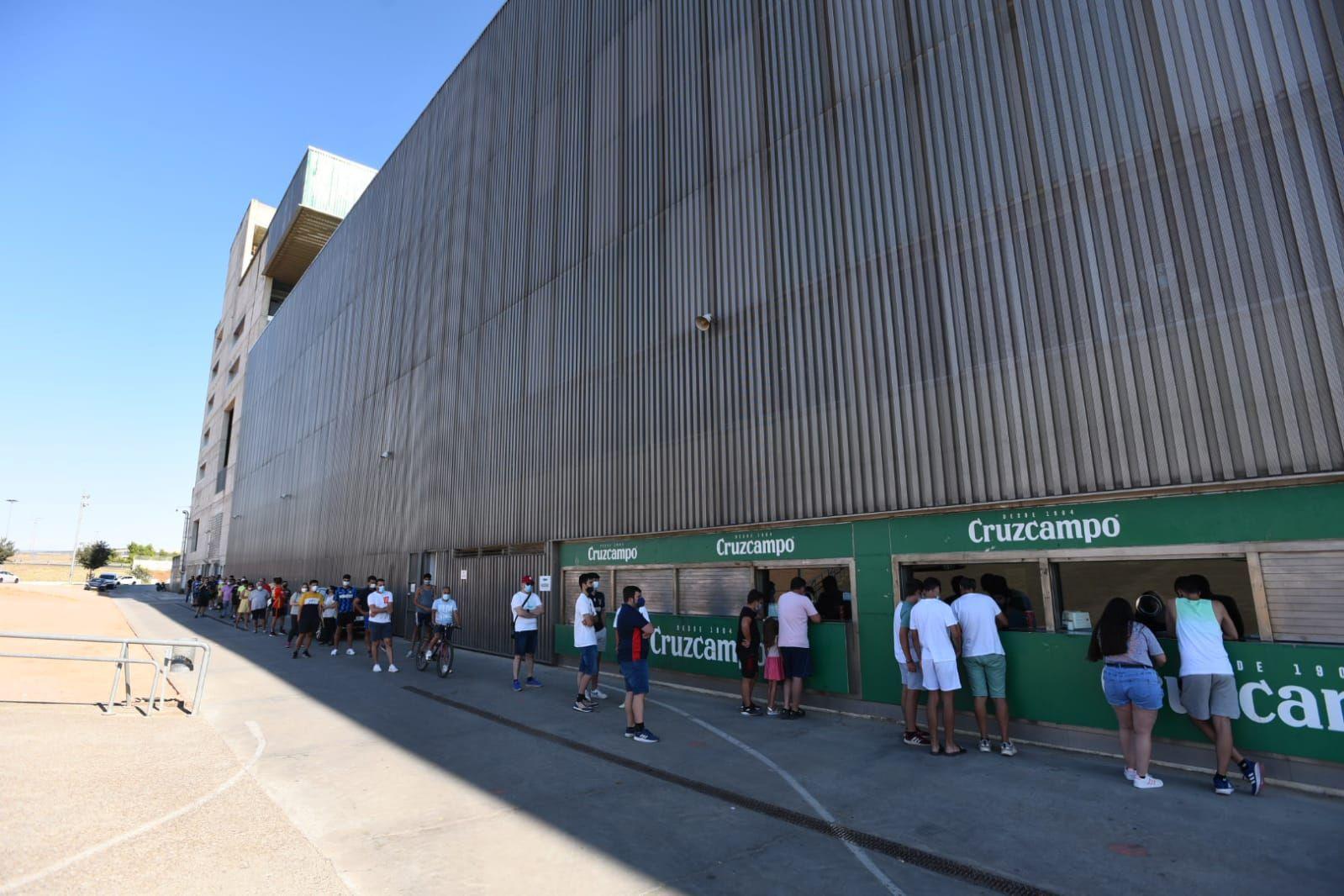 Grandes colas en el Arcángel por una entrada para el amistoso contra el Marbella