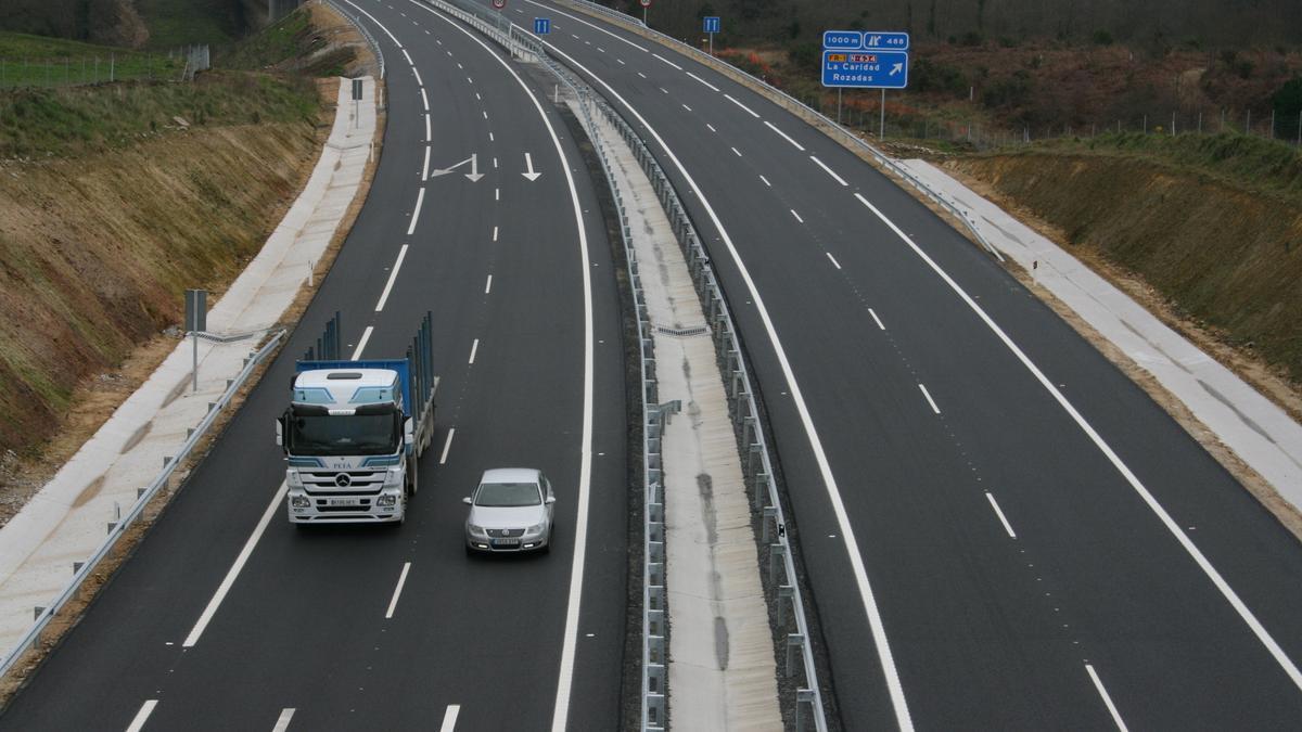 Tráfico en la Autovía del Cantábrico a la altura de La Caridad.