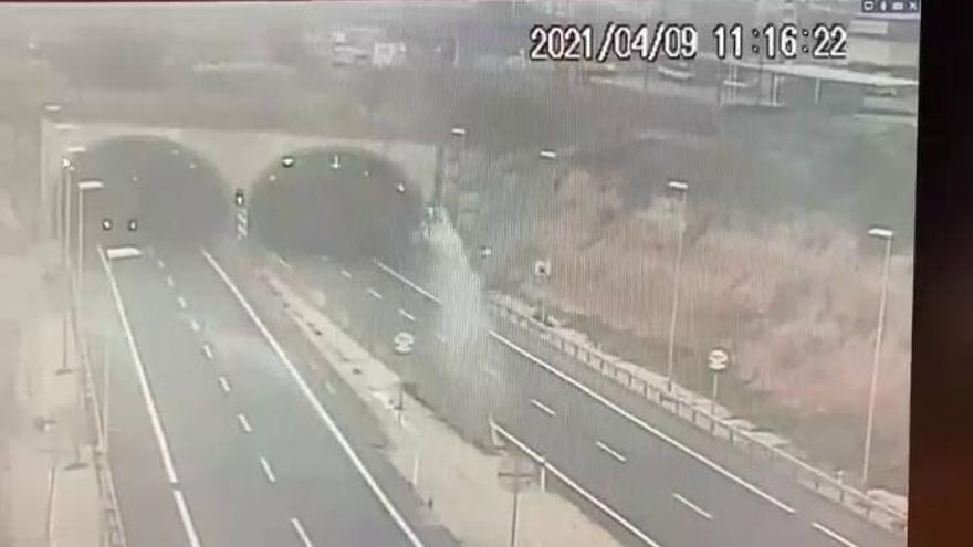 Muere un joven en un brutal accidente tras estrellar su coche y salir despedido a gran velocidad en la AP-7