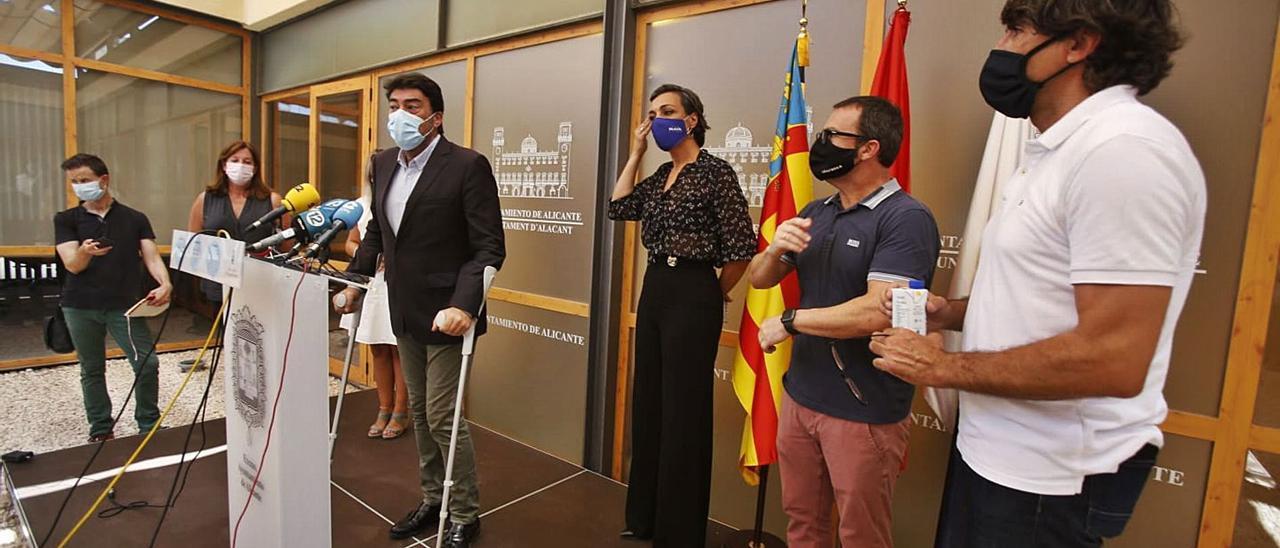 El alcalde de Alicante, Luis Barcala, se reunió ayer con hoteleros, hosteleros y sector del ocio nocturno para debatir el problema. | JOSE NAVARRO