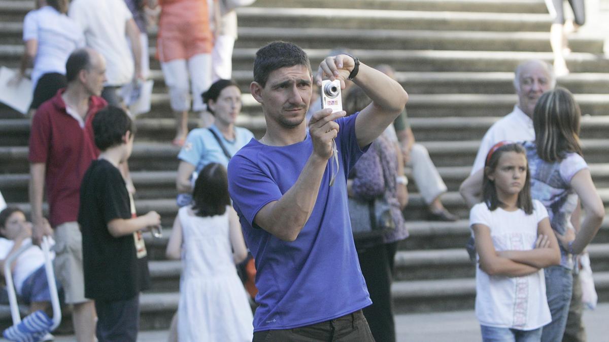 Un hombre toma una fotografía.