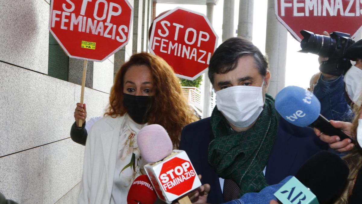 Rocío Carrasco con su abogado Javier Vasallo entrando en los juzgados.