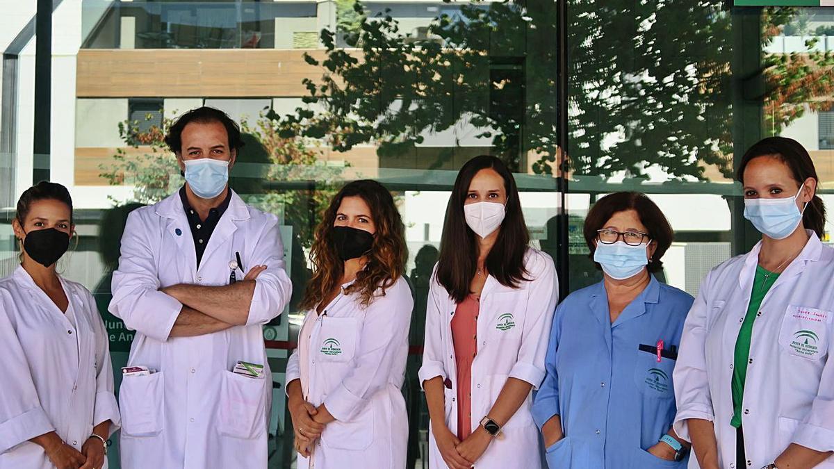 Profesionales de la unidad de demencias del hospital Reina Sofía, con su coordinador, Eduardo Agüera.