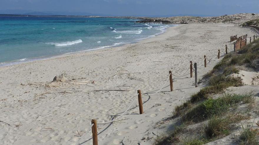 Formentera se queda en casa en el primer día de playa de la fase II