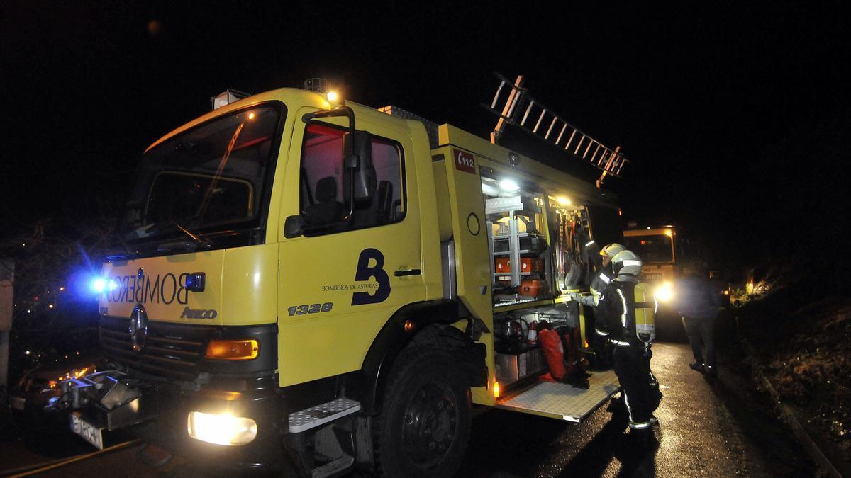Una camión de bomberos del parque de El Entrego.