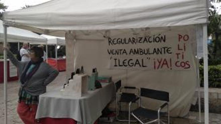 Kunsthandwerker protestieren gegen illegale Händler, die ihnen das Geschäft vermiesen