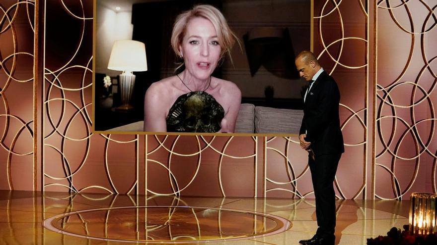 Gillian Anderson acepta el premio a la mejor actriz de reparto.