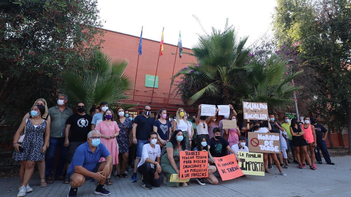 Padres, profesores y alumnos concentrados ante el Bioclimático el pasado 3 de septiembre.