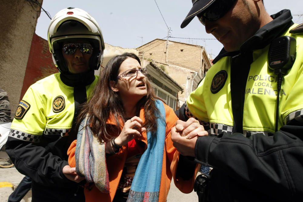 2010. Mónica Oltra, desalojada por agentes de policía durante las cargas. F. Montenegro