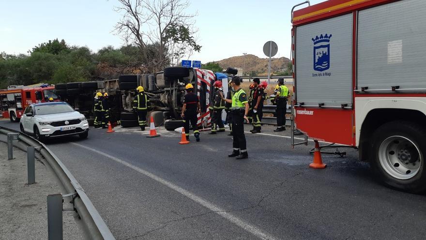 Rescatan al conductor de un camión tras volcar en la salida del túnel de San José