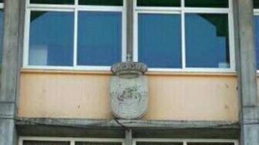 Pancartas contra la Xunta en la fachada del Concello de Sada