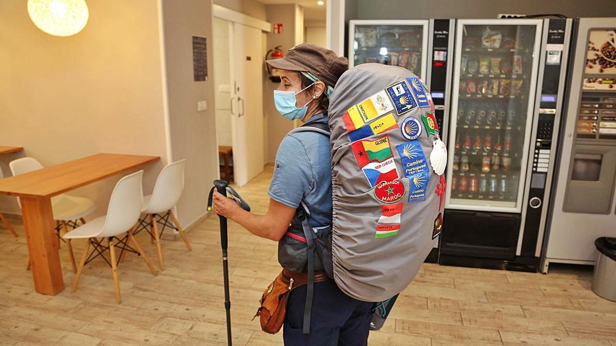 Una peregrina en el interior del albergue de Armenteira.