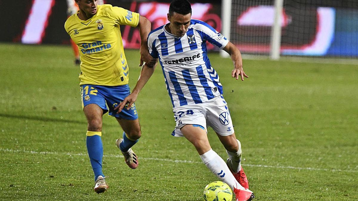 Ramón Folch, conduciendo el balón ante la presencia de Loiodice, en el UD Las Palmas-CD Tenerife. | | LOF