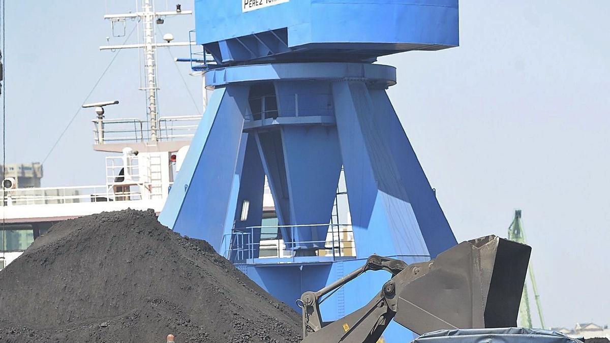 Descarga de carbón a cielo abierto en el puerto de A Coruña. |   // 13FOTOS