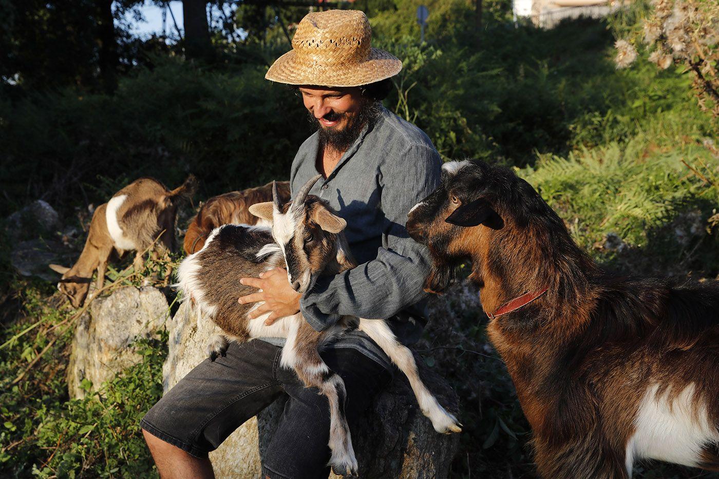 xulián martínez con sus cabras desbrozadoras_grobas (2).jpg