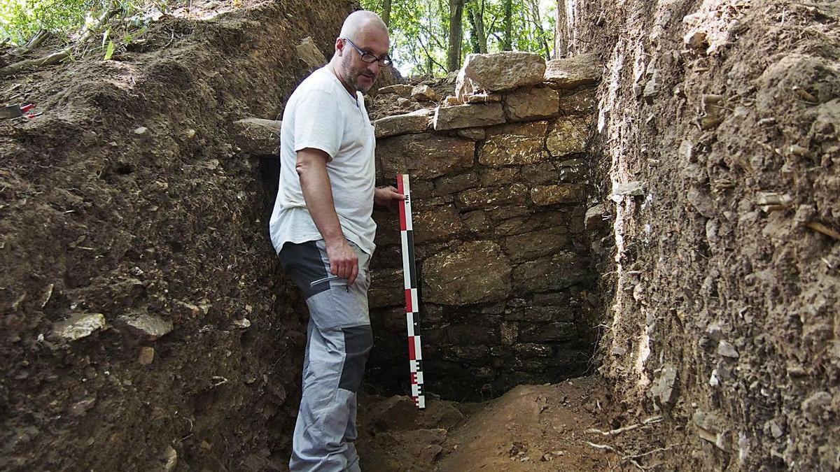 Rubén Montes, delantre de la muria descubierta en 2019 nel castru d'Alava. | F. Torre