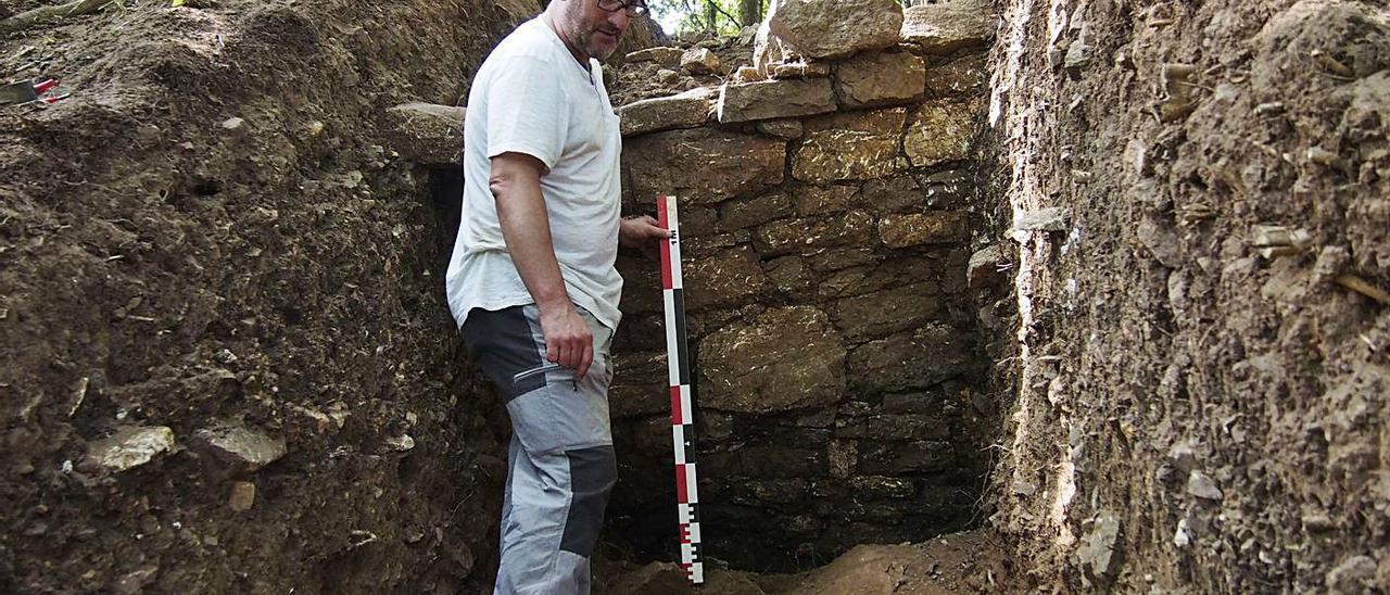 Rubén Montes, ante la muralla descubierta en 2019 en el castro de Alava.   F. Torre