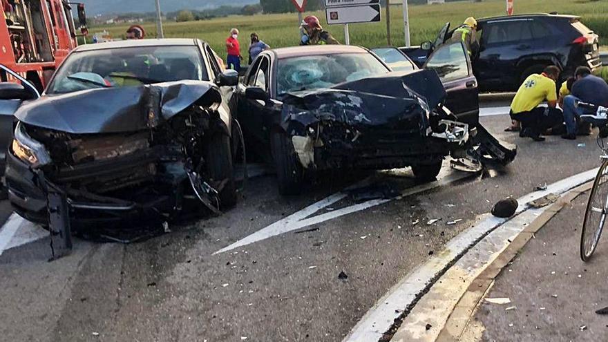 Accident a les Preses Dos ferits en una topada entre tres vehicles
