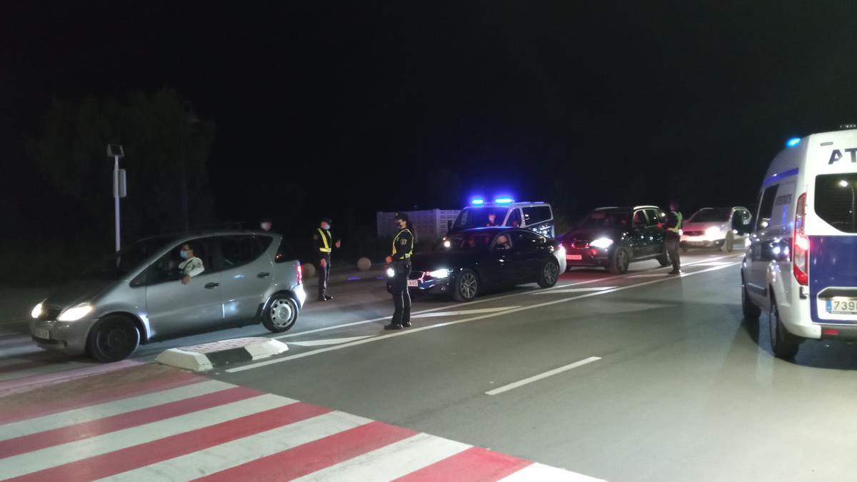 Una imagen de uno de los controles de la Policía Local y la Nacional en Dénia, este sábado en la zona del puerto