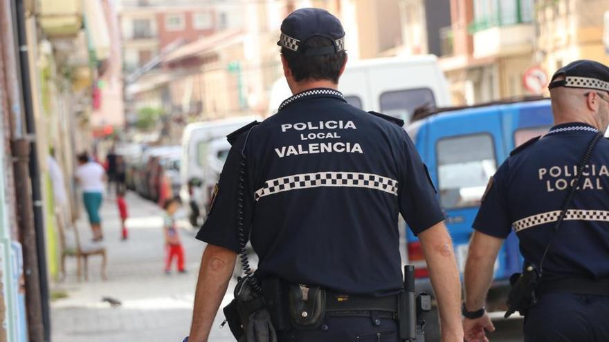 Dos jóvenes intentan apuñalar a un drogodependiente en la Malva-rosa para robarle la droga