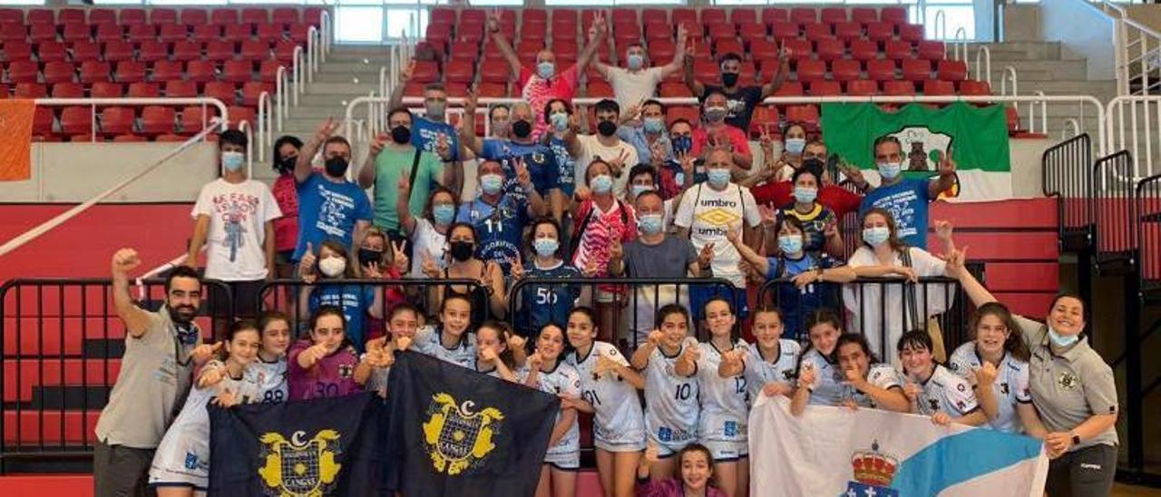 Las jugadoras del Tecnosat Cangas celebran con sus técnicos y familiares el triunfo de ayer. |  // FDV