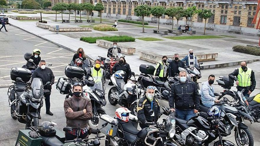 """Los """"justicieros del asfalto"""": moteros en pie de guerra contra las malas carreteras"""