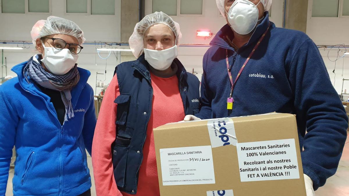 Empleados de la empresa valenciana Cotoblau, conlas mascarillas «fetes a València».