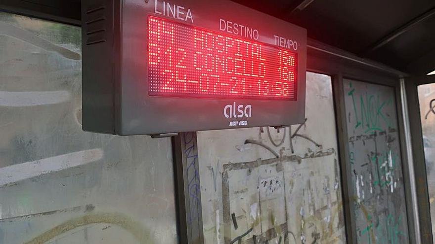Paneles con los tiempos de paso de los buses interurbanos