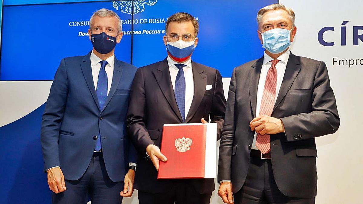 El cónsul honorario Pedro Mouriño, flanqueado por Rueda y Korchagin.   | // FDV