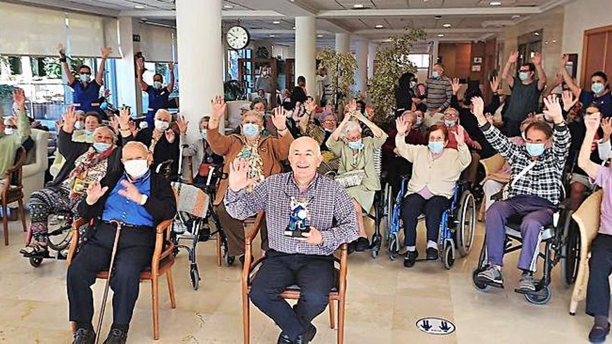 Xosé Ramón Gayoso visitó a los usuarios de Ballesol, en Poio, con motivo del Día Mundial del Alzhéimer