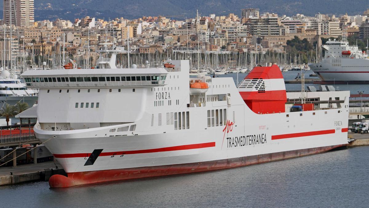 Un buque de Trasmediterrána atracado en el puerto de Palma