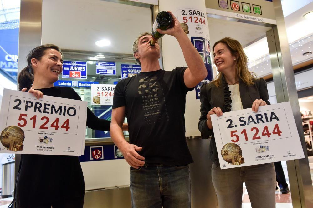 Los propietarios de la administración de Lotería ubicada en el centro comercial Artea, de Leioa (Bizkaia),celebran que han vendido parte del segundo premio del Sorteo de Navidad (51.244) por un valor total de 31.250.000 euros. EFE