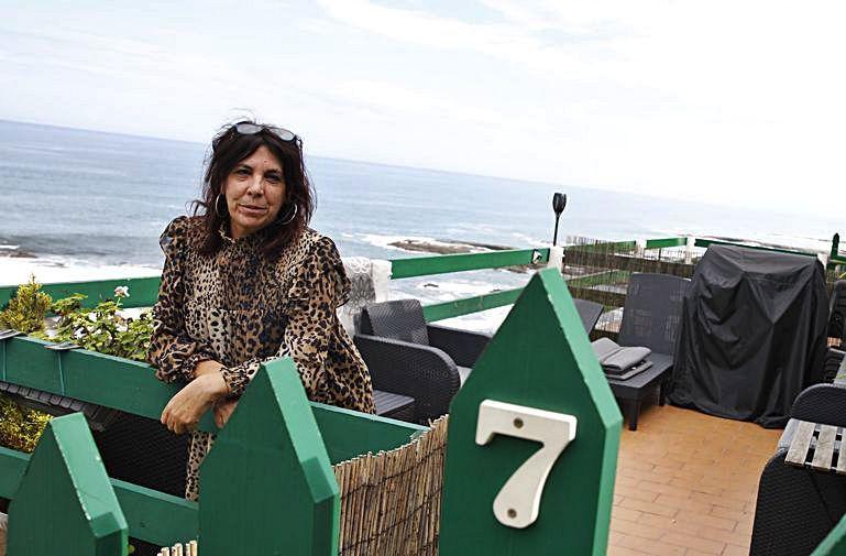 La langreana Isabel Fernández en la terraza de su apartamento en Estaño alquilado este verano | Ángel González