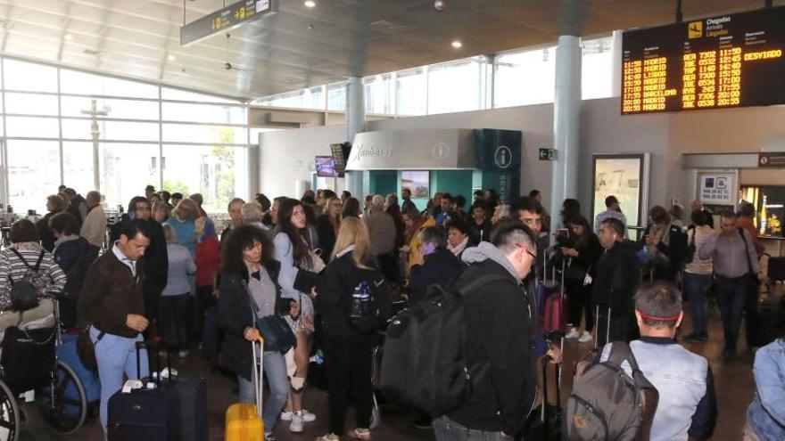 La Xunta pone sus medios a disposición de viajeros afectados  por cancelaciones de vuelos en Peinador