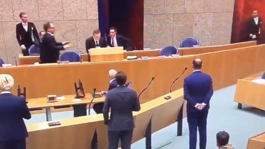 Un ministro holandés se desmaya en pleno debate sobre el coronavirus