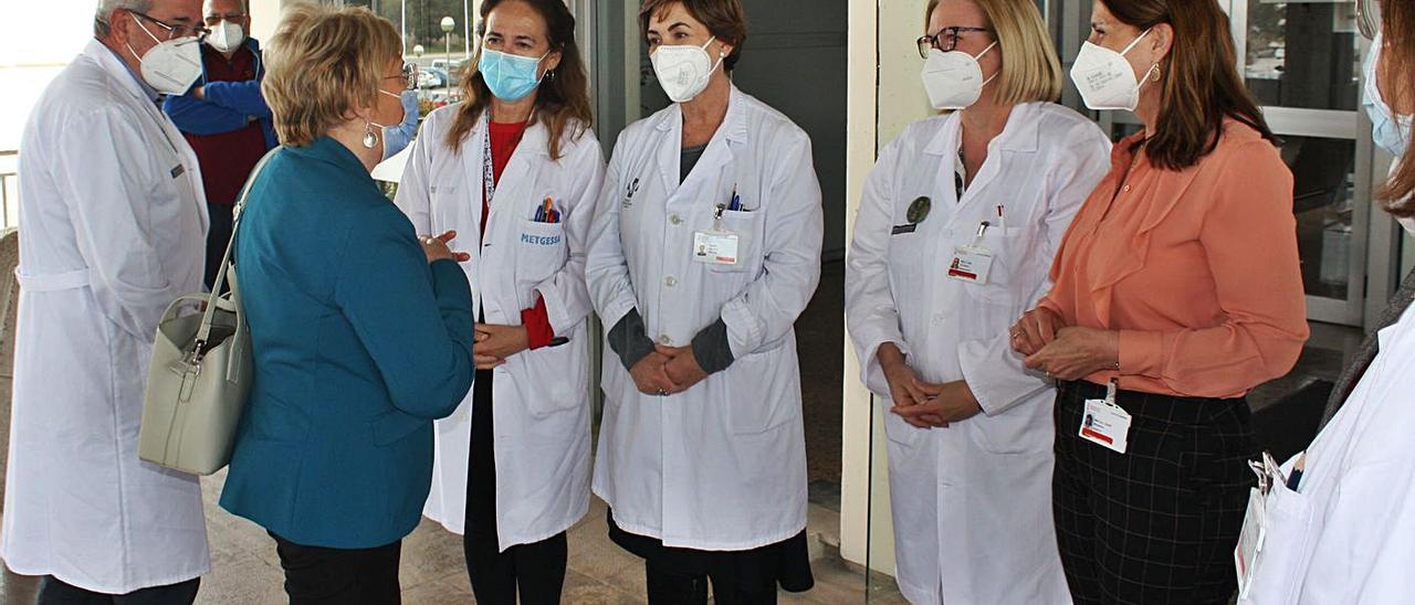 La consellera de dirige a personal del área de salud de Sagunt. | M.M.C.