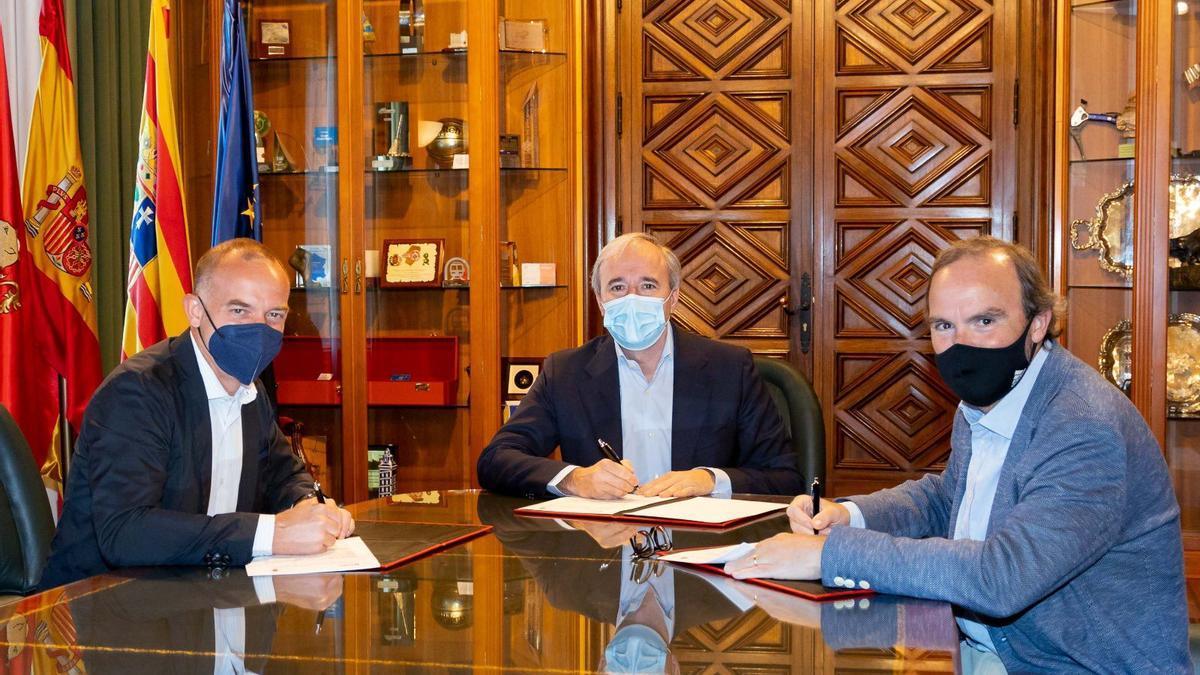 Lapetra, Azcón y Sainz de Varanda, durante la firma del convenio.