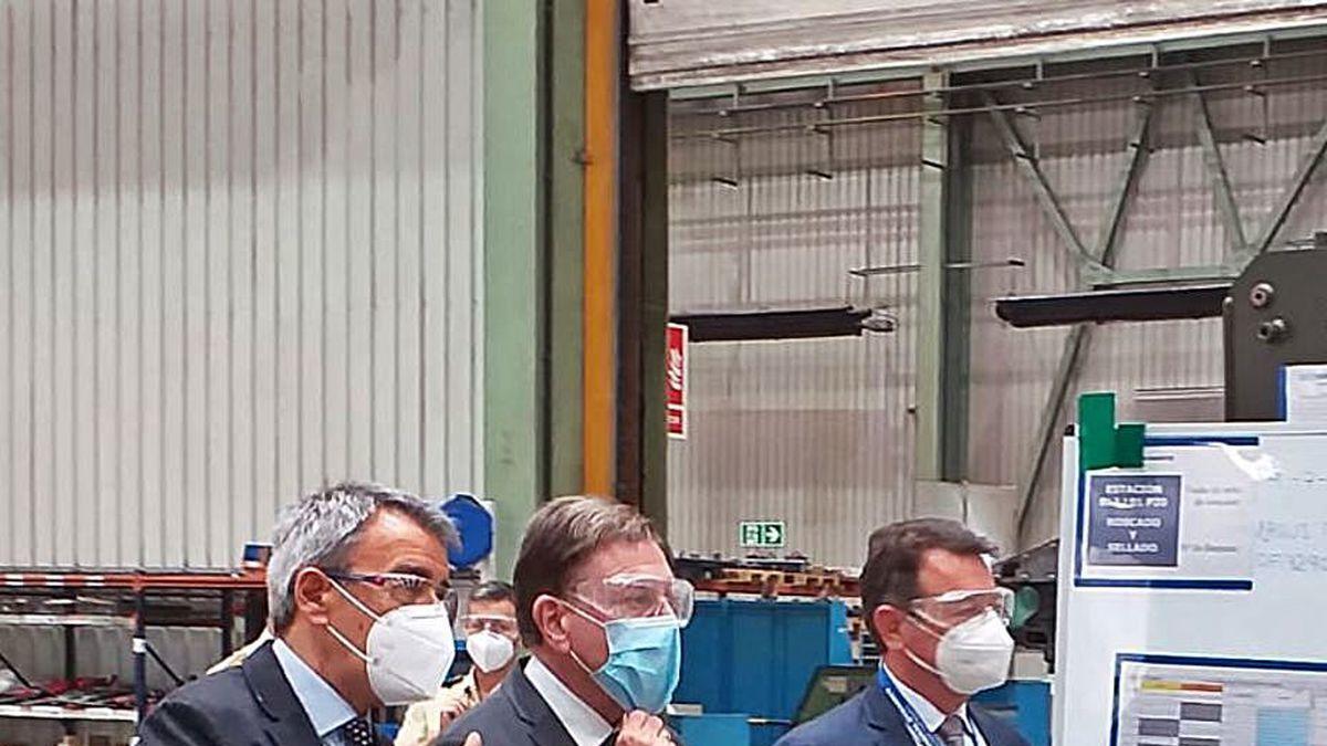 Canteli, en el centro, durante su visita con el director general Sergio Menéndez (a la izquierda) y el director de transformación, Juan Escriña.