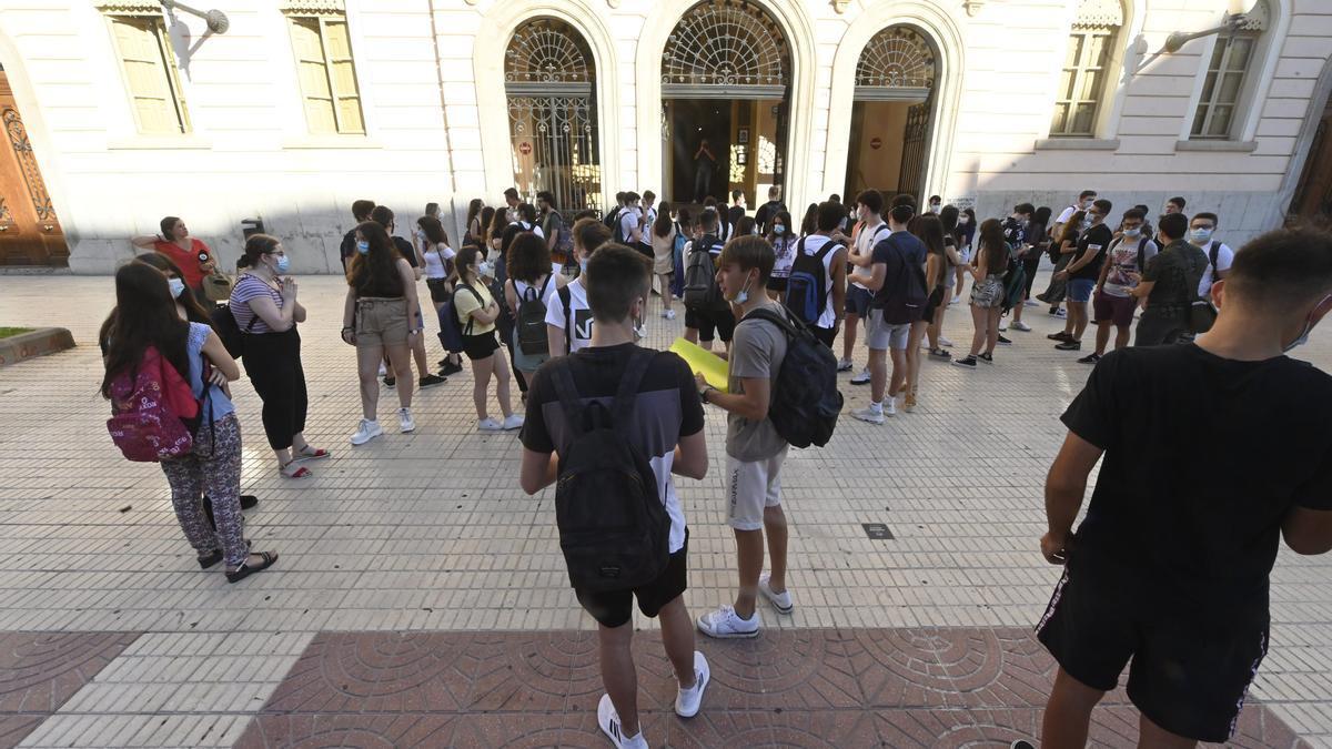 Imagen de estudiantes frente al IES Ribalta de Castelló, con unas normas para la vestimenta comunes a la mayoría de centros públicos de la provincia.