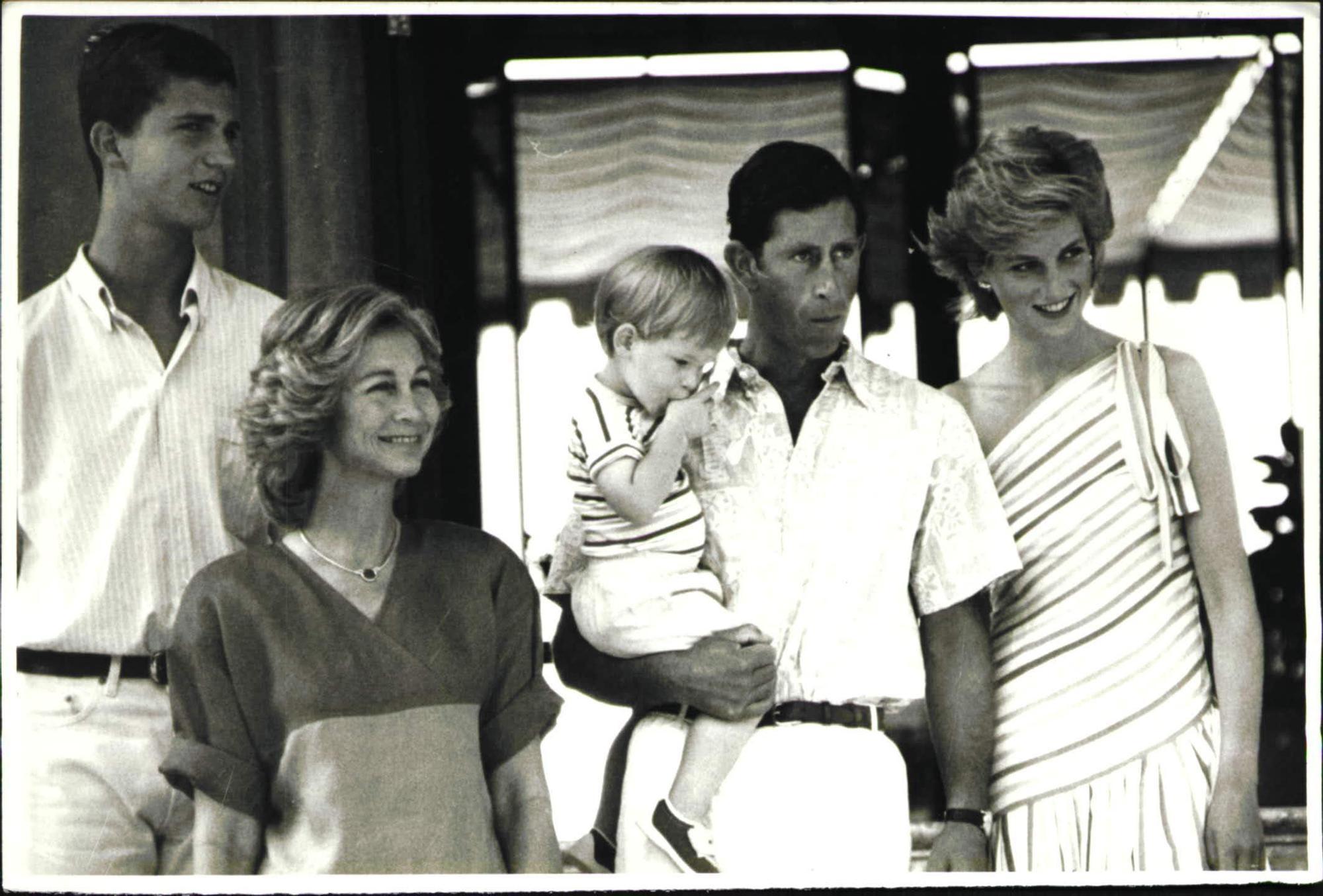 Diana de Gales en Marivent junto al príncipe Carlos, el príncipe Enrique, la reina Sofía y Felipe VI.