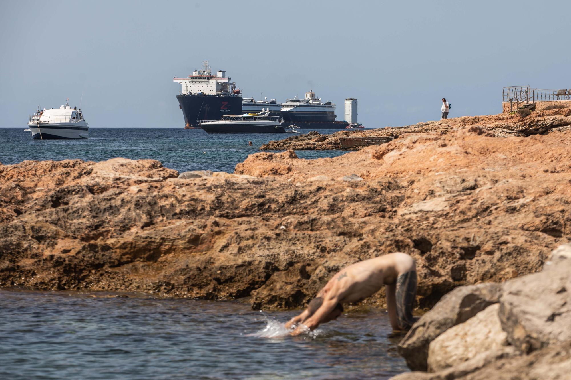Todas las imágenes del impresionante buque que ha trasladado dos ferris a Ibiza desde Alaska
