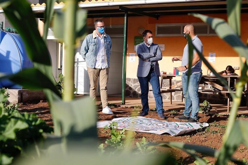 José Manuel Bermúdez visita el huerto urbano Faro