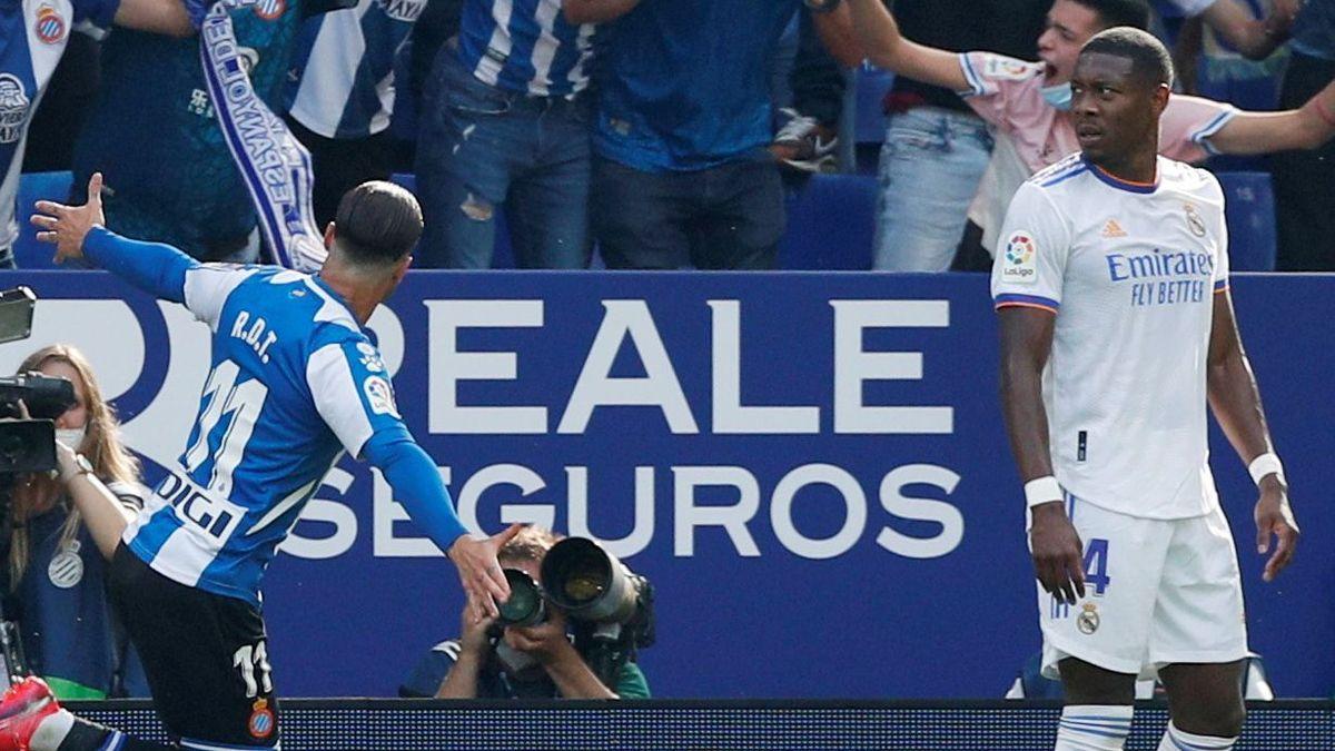 Raúl de Tomás celebrates his goal against Real Madrid.