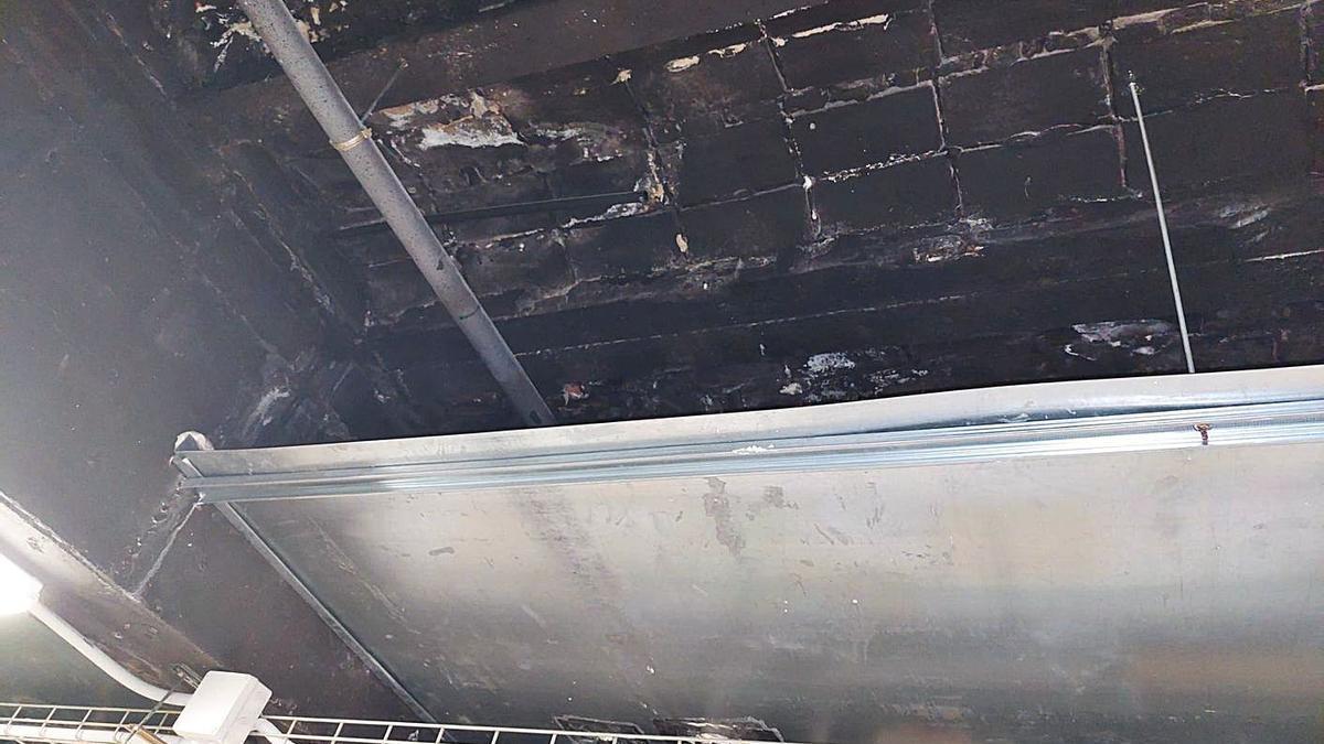 Estado del techo del sótano del mercado Rojas Clemente.    LEVANTE-EMV