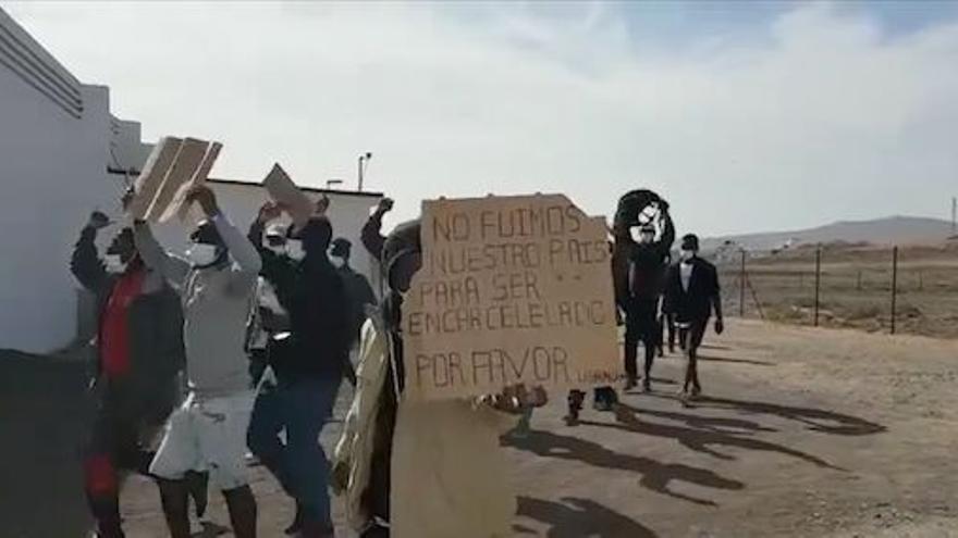 Los inmigrantes de El Matorral se manifiestan para poder salir de Canarias
