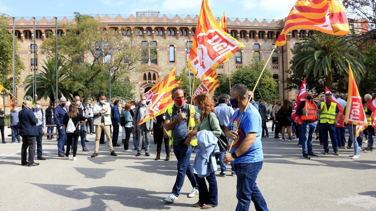 La protesta de visitadors mèdics davant del Departament de Salut per demanar poder entrar als centres sanitaris