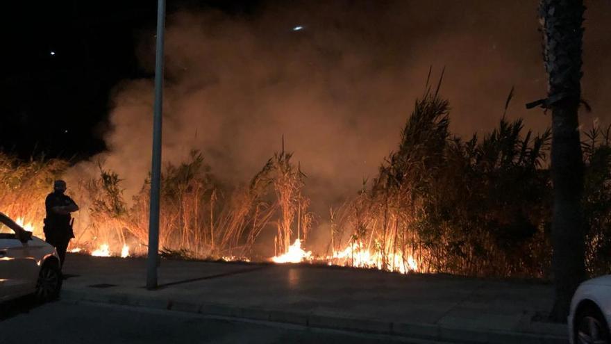 Un incendio amenaza los coches aparcados en el principal aparcamiento de Cullera